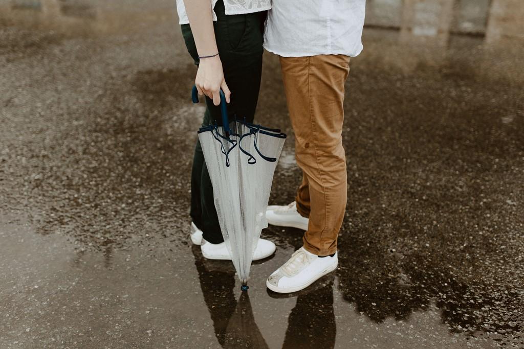 séance photo engagement amourreux jambes parapluie