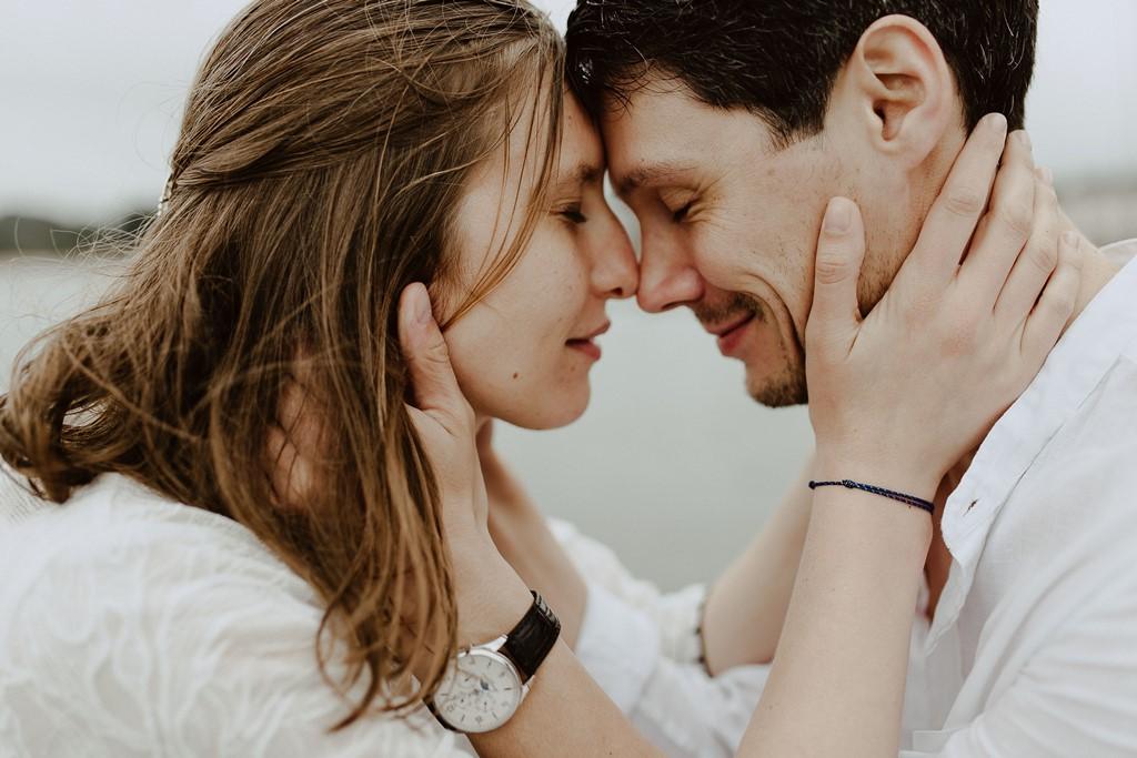 photo couple front contre front câlin yeux fermés