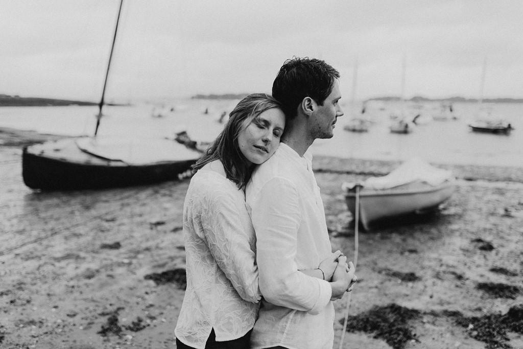 photo couple plage câlin noir et blanc
