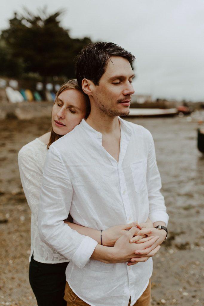 portrait couple câlin plage yeaux fermés ciel gris