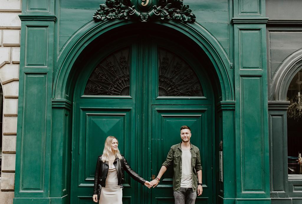 couple main dans la main Nantes porte d'immeuble