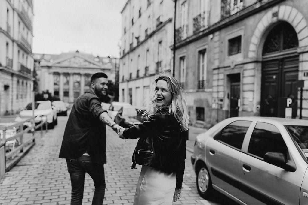 séance couple noir et blanc rires complicité
