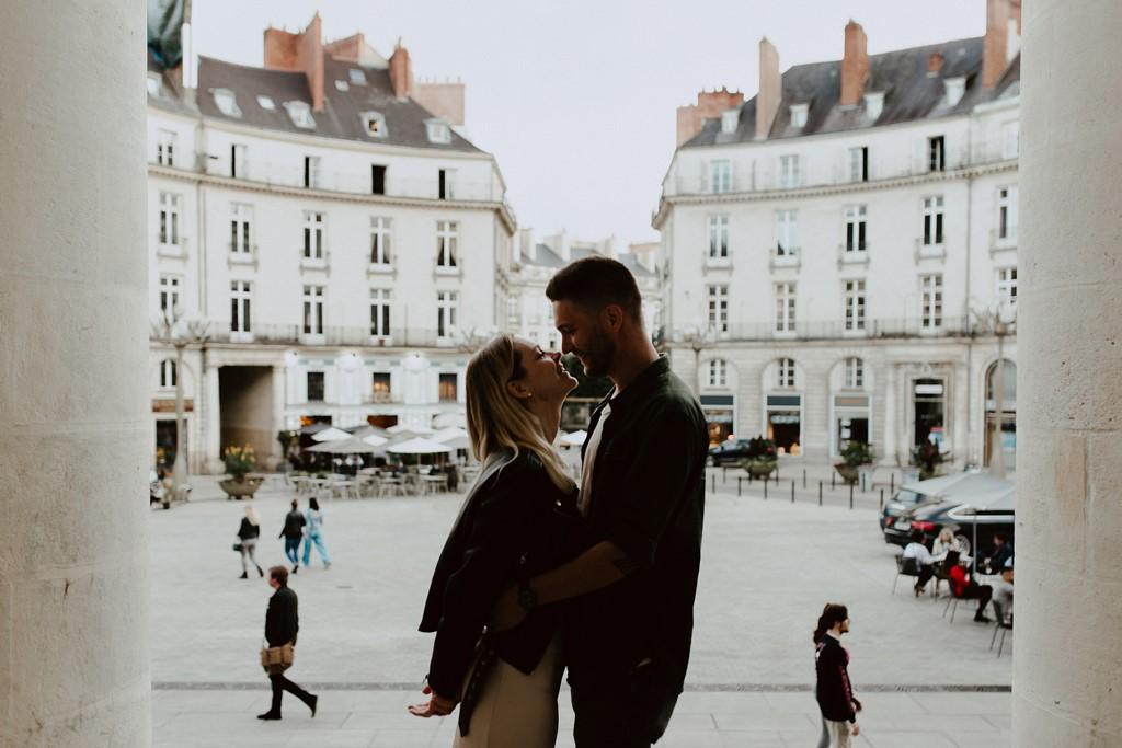 séance couple place Graslin Nantes bisou amoureux